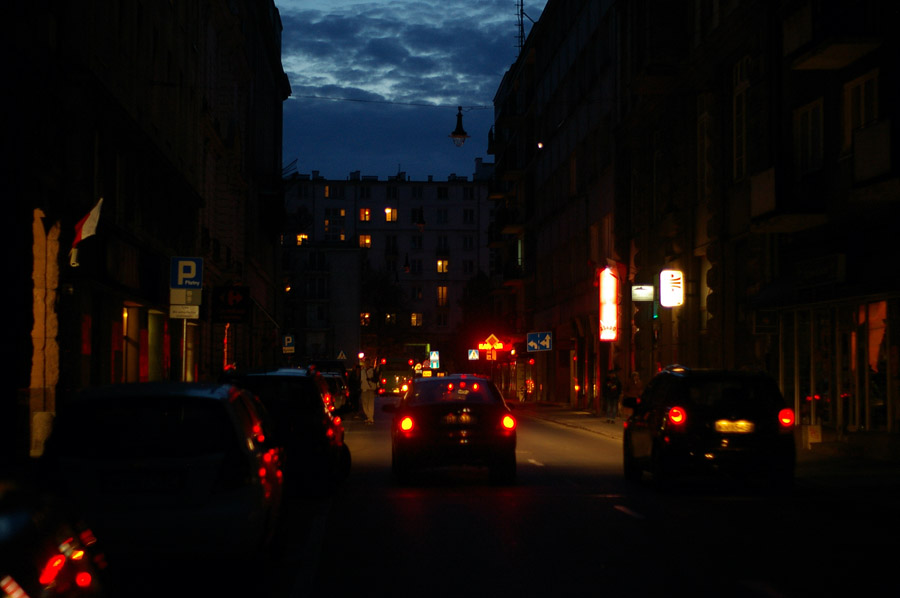 Miasto ciemne po zmroku. Godz. 16:20