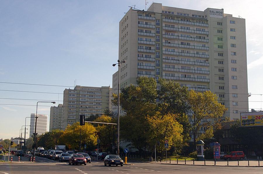 W perspektywie ulicy Batorego budynek przy placu Unii sprawia wrażenie, jakby stał tu od zawsze