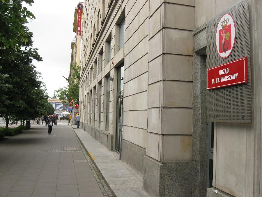Biura stołecznego urzędu przy Marszałkowskiej. Martwe partery budynku zabiły życie na tym odcinku ulicy