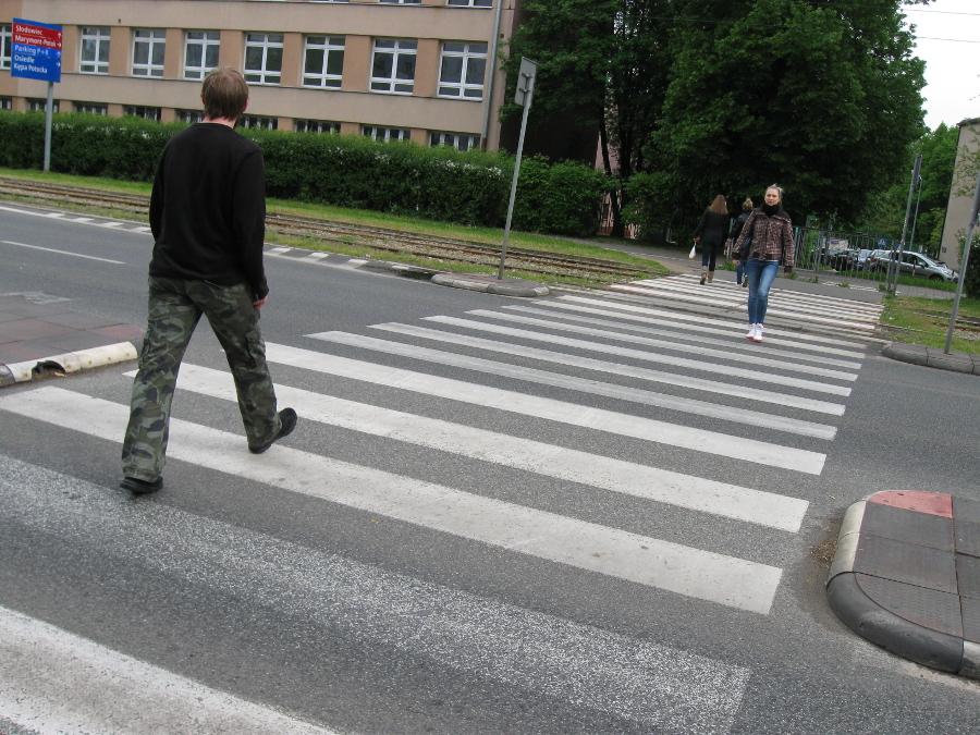 Dokładnie takie przejście o jakie wnioskowaliśmy prowadzi przez Słowackiego niespełna 500 metrów od Urzędu Dzielnicy