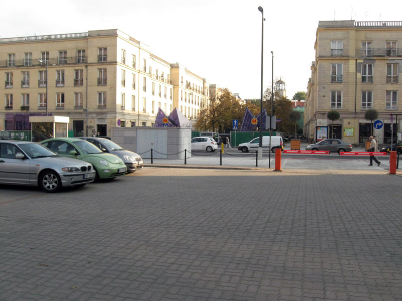 Być może tu mógłby być wjazd na parking pod Świętokrzyską.