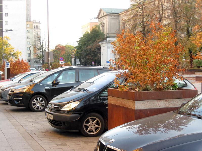 Na pl. Grzybowskim stoją rdzawe donice wykończone kortenem