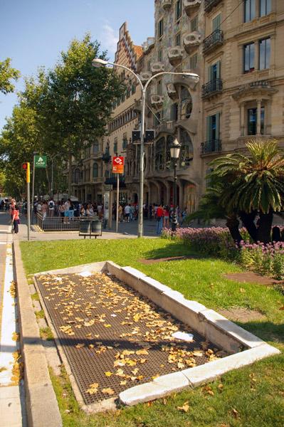 Wentylatornia metra w Barcelonie tuż przy Casa Batlló projektu Gaudiego