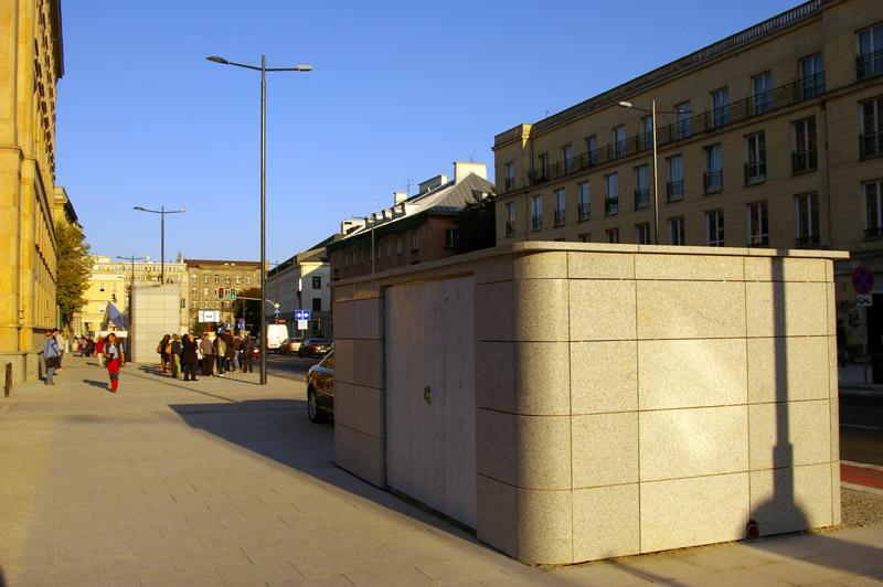 Pawilon techniczny nadziany na oś Ministerstwa Finansów i ul. Kubusia Puchatka